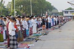 亚裔穆斯林庆祝Eid穆巴拉克 库存图片
