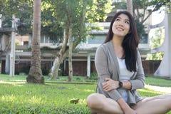 亚裔纵向妇女 与自然构成的年轻女性成人关于 免版税库存照片