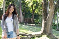亚裔纵向妇女 与自然构成的年轻女性成人关于 库存图片