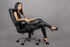亚裔美丽的坐的妇女 免版税库存图片