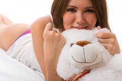 亚裔美丽的女孩微笑的玩具 免版税图库摄影