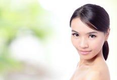 亚裔美丽的接近的面朝上的妇女 免版税图库摄影