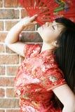 亚裔美丽的风扇女孩 免版税图库摄影