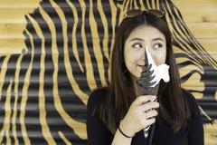 亚裔美女享用圆锥形的冰淇淋杯 免版税库存照片