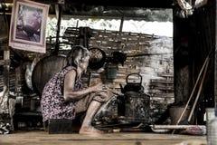 亚裔老妇人在厨房里 库存照片
