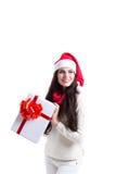 亚裔背景白种人圣诞节逗人喜爱的礼品女孩愉快的帽子藏品查出快乐的混杂的当前种族显示微笑的佩带的白人妇女年轻人的圣诞老人 免版税图库摄影