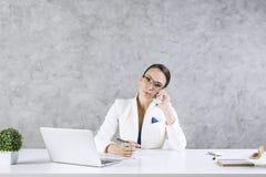 亚裔背景美丽的女实业家白种人移动电话汉语她的查出的移动多种族电话联系的白人妇女年轻人 免版税库存照片