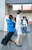 亚裔航空小队乘务员在茵契隆国际机场 图库摄影