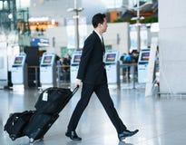 亚裔航空小队男性乘务员在英寸国际机场  图库摄影