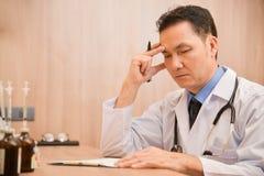 亚裔资深男性医生认为 库存照片