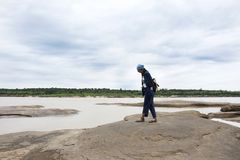亚裔走在山姆平底锅Bok的旅客泰国妇女旅行在乌汶叻差他尼,泰国 图库摄影