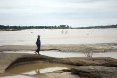 亚裔走在山姆平底锅Bok的旅客泰国妇女旅行在乌汶叻差他尼, Thailandu 免版税库存照片