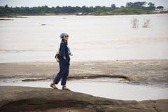 亚裔走在山姆平底锅Bok的旅客泰国妇女旅行在乌汶叻差他尼, Thailandu 库存图片