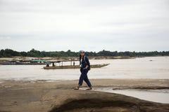 亚裔走在山姆平底锅Bok的旅客泰国妇女旅行在乌汶叻差他尼, Thailandu 免版税库存图片