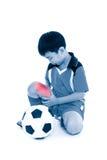 亚裔足球运动员的充分的身体充满痛苦的在大腿 隔绝  免版税库存照片
