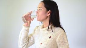 亚裔饮用水妇女 股票视频