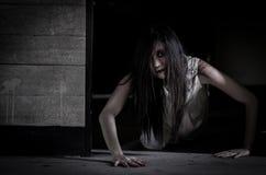 亚裔鬼故事女孩在被困扰的房子里 免版税库存照片