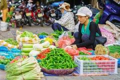 亚裔贸易商在街市上的卖混杂的新鲜蔬菜 库存图片