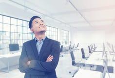 亚裔经理在他的办公室 免版税库存照片