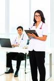 亚裔医生和护士在手术或办公室 免版税库存照片