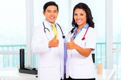 亚裔医生的办公室或医疗手术 免版税库存图片