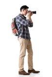 亚裔年轻男性背包徒步旅行者拍照片 免版税库存照片