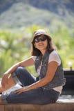 亚裔40s几年妇女佩带的草帽和太阳glas画象  免版税库存图片