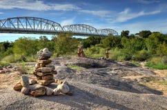 亚诺桥梁用亚诺河的发怒的水 库存照片