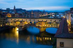 亚诺河和著名桥梁在日落的Ponte Vecchio从Ponte天线 免版税库存照片