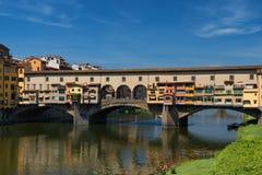 亚诺河和著名桥梁Ponte Vecchio老桥梁晴朗的夏日 佛罗伦萨意大利托斯卡纳 免版税库存图片