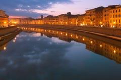 亚诺河在夜比萨意大利之前 免版税库存图片