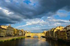 亚诺河河和Ponte在日落,佛罗伦萨,意大利的Vecchio 免版税库存图片