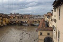 亚诺河河和Ponte在雨以后的Vecchio从乌菲齐画廊 佛罗伦萨 意大利 免版税库存照片