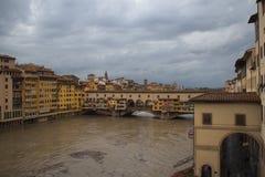 亚诺河河和Ponte在雨以后的Vecchio 佛罗伦萨 意大利 免版税图库摄影