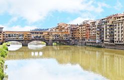 亚诺河河和Ponte Vecchio桥梁佛罗伦萨或佛罗伦萨市意大利风景  免版税库存照片