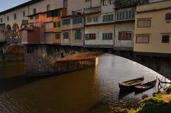 亚诺河的平底船的船夫在Ponte Vecchio佛罗伦萨下 免版税库存照片
