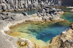 亚速尔群岛在圣地豪尔赫的玄武岩海岸线 Faja做欧维多 葡萄牙 库存图片