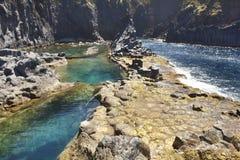 亚速尔群岛在圣地豪尔赫的玄武岩海岸线 Faja做欧维多 葡萄牙 免版税库存图片