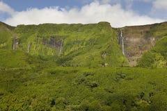 亚速尔群岛环境美化与瀑布和峭壁在弗洛勒斯海岛 Po 库存照片
