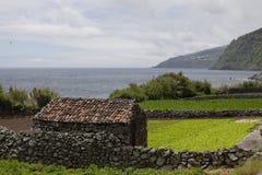 亚速尔群岛的海岸线的老农夫的谷仓 免版税图库摄影