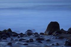 亚速尔群岛:河遇见海洋 库存照片