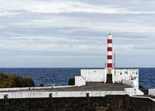 亚速尔群岛-在弗洛勒斯海岛上的灯塔  免版税库存图片