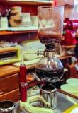 亚马虹吸管咖啡酿酒者 库存图片