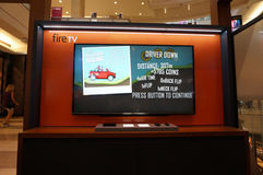 亚马逊与小山攀登赛跑的使用的火电视在显示 免版税库存图片