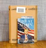 亚马逊填装箱子,并且伟大再书由美国主持的唐纳德・川普所著 免版税图库摄影