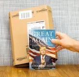 亚马逊填装箱子,并且伟大再书由美国主持的唐纳德・川普所著 免版税库存图片