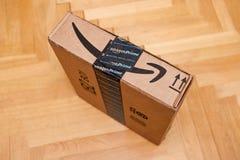 亚马逊最初在小包纸板箱的微笑箭头 免版税库存图片