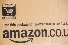 亚马逊最初小包包裹 亚马逊,是计算com的美国电子商务和云彩 免版税库存照片