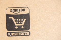 亚马逊最初小包包裹 在电子商务象的特写镜头 亚马逊,是美国电子comm 免版税库存图片
