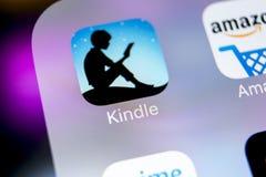 亚马逊点燃在苹果计算机iPhone x屏幕特写镜头的应用象 亚马逊点燃app象 亚马逊点燃应用 束起通信有概念的交谈媒体人社交 免版税库存图片